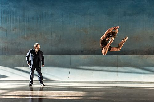 6-tadzio-celestin-boutin-cavorts-before-and-enthralled-aschenbach-paul-nilon-photo-clive-barda-500